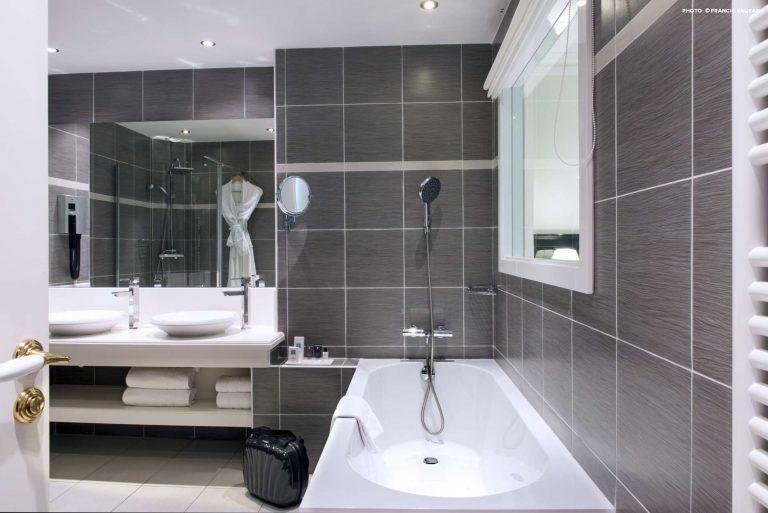 Découvrez les salles de bains spacieuses de l'hôtel Aston La Scala.