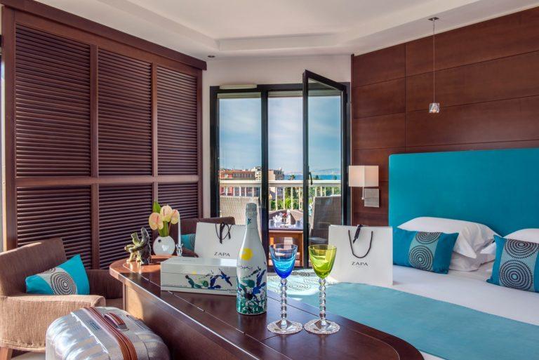 La Suite Penthouse, lumineuse, ouvre sur la ville et la mer.
