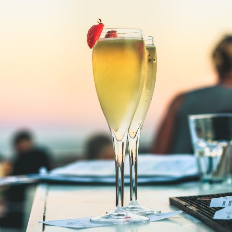 Le soleil, la mer, et du champagne.