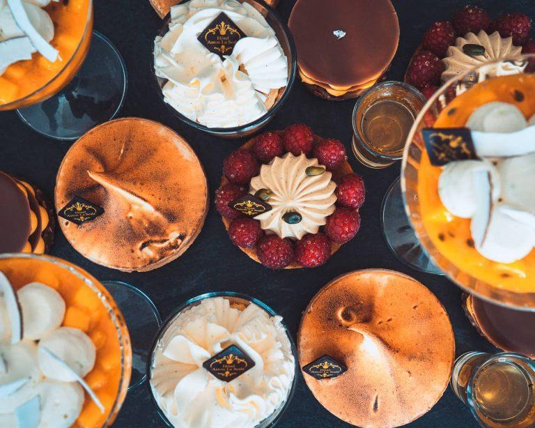 A la table du restaurant de l'hôtel Aston La Scala, de délicieuses pâtisseries.
