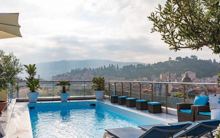 Rooftop avec piscine, terrasse ombragée... rendez-vous sur le toit-terrasse de l'hôtel Aston La Scala.