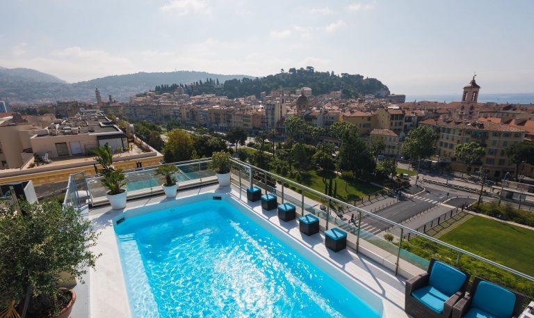 Profitez d'un merveilleux moment de détente dans la piscine du toit-terrasse de l'hôtel Aston La Scala.