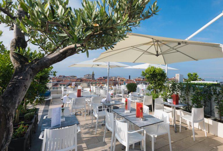 Détendez-vous sur le toit-terrasse avec piscine de l'hôtel Aston La Scala.
