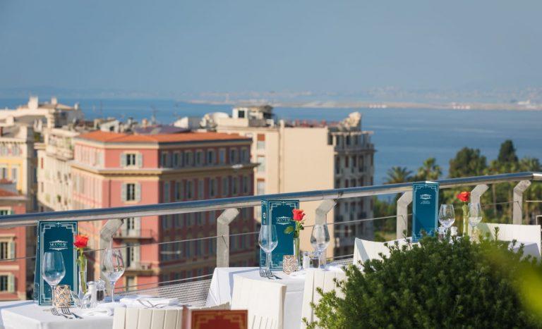 Du haut de l'hôtel Aston La Scala, une vue panoramique inoubliable sur Nice et la mer.